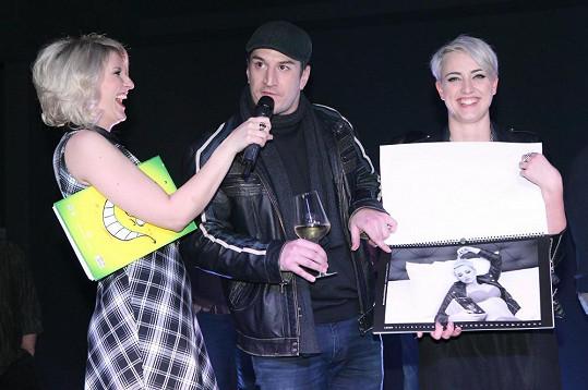 Reportéři VIP zpráv v akci - Markéta Křivánková kalendář fotila, Tomáš Kraus křtil, Lenka Špillarová křest moderovala.