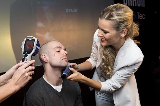 Modelky během holení hokejisty Jakuba Klepiše