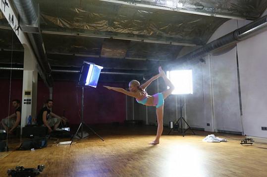 Markéta v klipu předvede bikram jógu, které se dlouho věnuje.