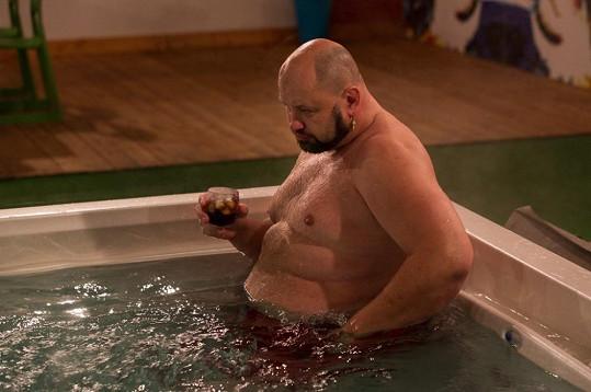 Jafar má malý problém s velkým břichem.
