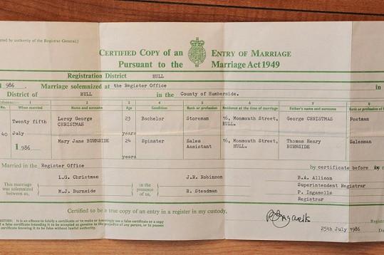 Oddací list, který dokazuje, že Mary přišla ke svému kurióznímu jménu díky manželovi Leroyi Christmasovi.