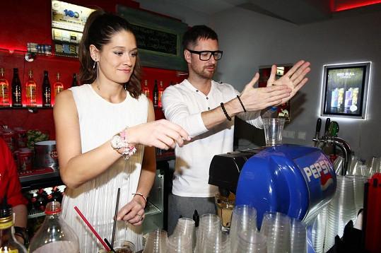 Na finále barmanské soutěže finále Havana Club Grand Prix 2013 si Petra Faltýnová s Petrem Vágnerem museli zkusit namíchat vlastní drink.