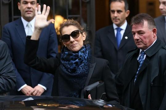 Céline mávala zástupu fanoušků.
