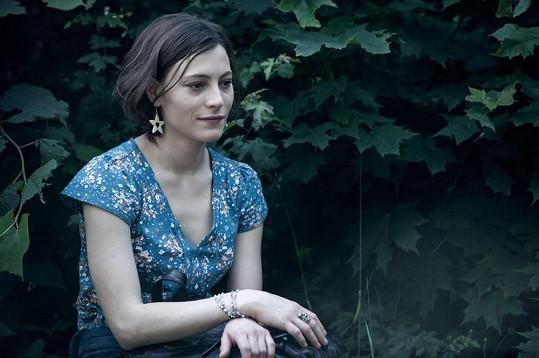 Annu hraje Johana Matoušková. Pro studentku DAMU budou Místa její první velkou rolí.