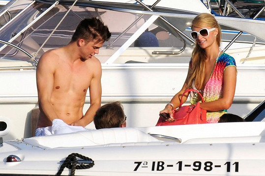 Hilton tráví dovolenou na Ibize se svým přítelem.