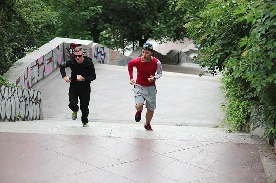 Díky tvrdému tréninku zvládl Kazma uběhnout půlmaraton.
