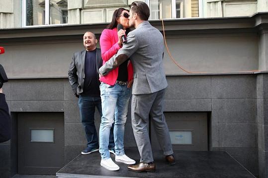 Lucie při polibku s Leošem Marešem. Bylo to těžké loučení.