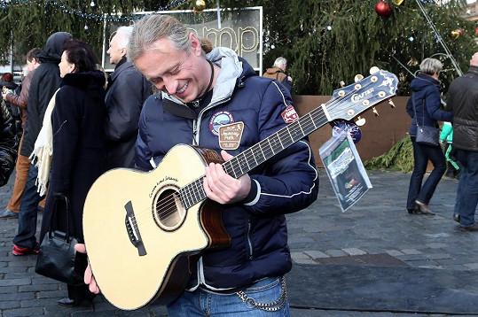 Kamil je z nové kytary nadšený.