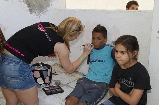 V klipu si zahrály i místní děti, které se musely nechat nalíčit jako špindírové.