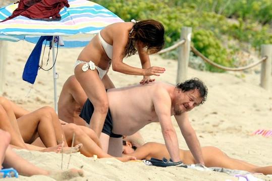 Zucchero nechal natírání svého těla ryze na přítelkyni Francesce Mozer.