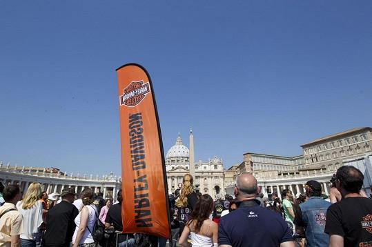 Papež požehnal v červnu motorkářům, kteří projížděli centrem Říma.