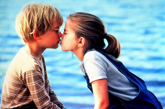 Jedenáctiletí Maculay Culkin a Anna Chlumsky ve filmu Moje první láska.