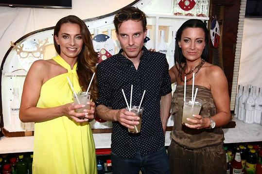 A takhle vypadaly výsledné nevšední drinky z rukou Václava Jiráčka, Gábiny Partyšové a Alice Bendové.