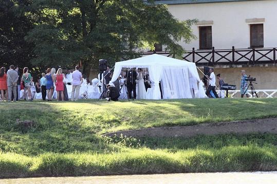 Pro svatbu zvolili podvečerní čas a místo opravdu romantické.