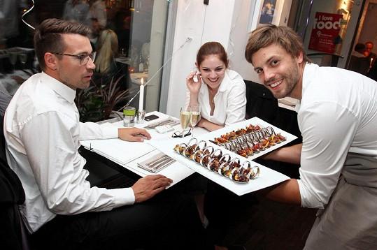 Lukáš je slaměný vdovec. Jeho přítelkyně pracuje v Londýně a domů jezdí na víkendy. Na narozeninách restaurace mu tedy dělala společnost zpěvačka Bori Dušík.