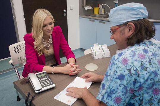 Hejdová zjistila, že velikostí implantátů je velká spousta. Po konzultaci s panem doktorem se dohodli na velikosti číslo tři.