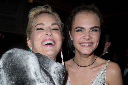 Cara a Sharon se skvěle bavily.