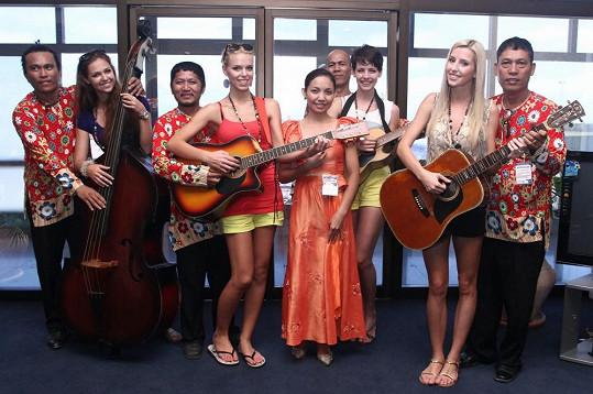 Dívky si zahrály s místní kapelou.