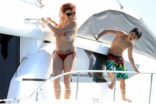 Na jachtě skotačila s jedním ze svých dvou synů.