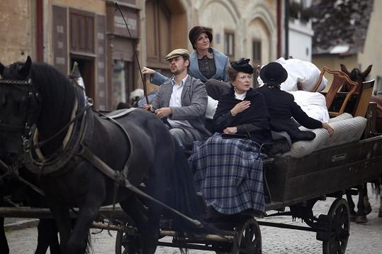 Štěpánková si natáčení retro seriálu užívala.