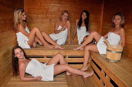 Miluška s finalistkami probírala v sauně klasické ženské věci.