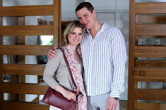 Manželku mu hraje Dana Verzichová.