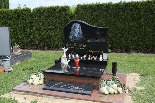 Hrob Ivety Bartošové je nesmyslně v Říčanech.