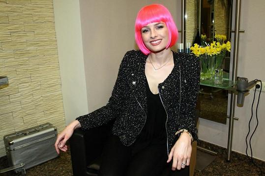 Markéta Divišová byla v růžové paruce k nepoznání.