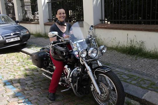 Na natáčení do Havlíčkových sadů přijela na své motorce.
