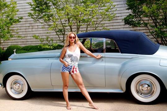 Beyoncé před luxusním Rolls-Roycem.