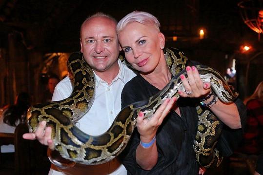 Katka s organizátorem soutěže Batist Nej sestřička Davidem Novotným na soustředění pózovala s hadem.