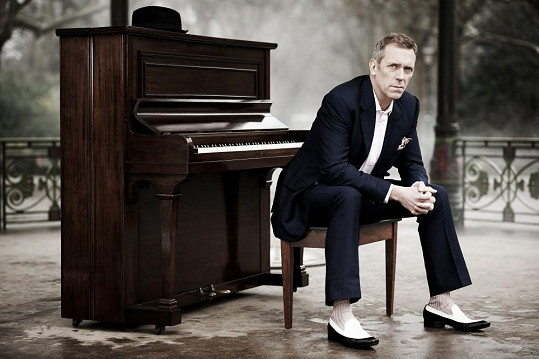 Hugh Laurie se po dvou loňských vyprodaných koncertech v Praze opět vrací do České republiky.