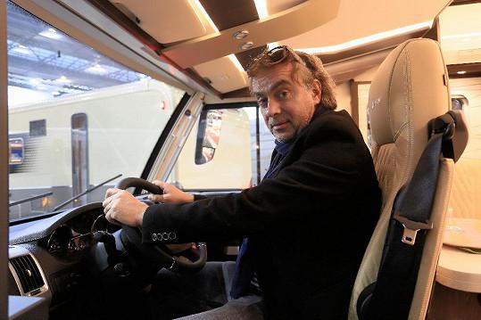 Tomáš Matonoha na dovolenou jezdí ve svém karavanu.
