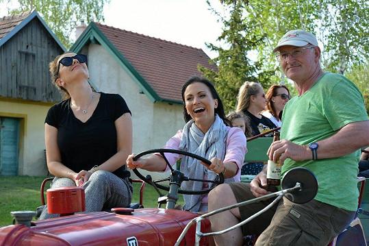 Gábina si zkusila v Rakousku řídit traktor.