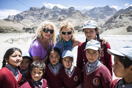 Světlana s kamarádkou a fotografkou výpravy Monikou Navrátilovou se vyfotily s dětmi.