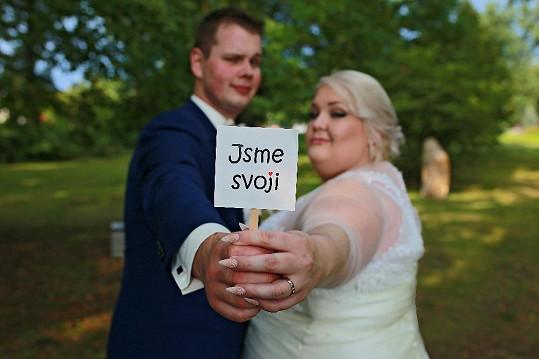 Novomanželé nafotili vtipný snínek.