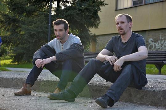 Ústřední dvojici ve filmu hraje Ondřej Sokol spolu s Martinem Fingerem, kamarádem od dětství i v reálném životě.