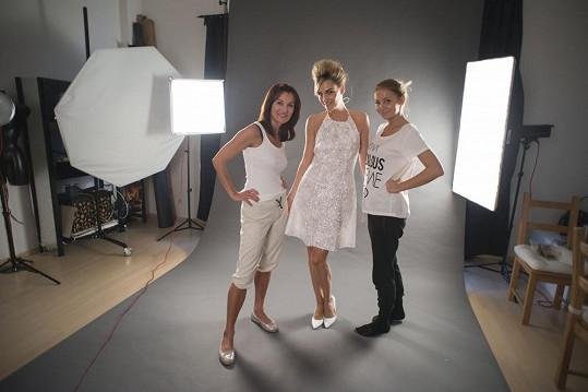 Rosáková na scéně s návrhářkou Beatou Rajskou a fotografkou