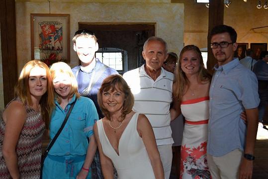 Jarmila Švehlová s rodinou a přáteli...