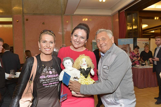 Manželé Menzelovi se svými panenkami a organizátorkou večera Michaelou Lejskovou.