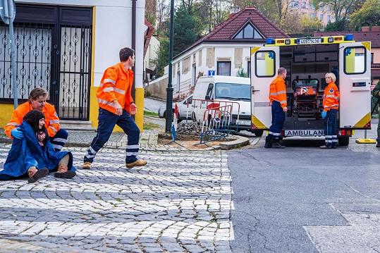 Natáčení nehody v pražské Hostivaři trvalo čtyři hodiny. Byli zde přítomni záchranáři se sanitkami i skutečný pohřební vůz.