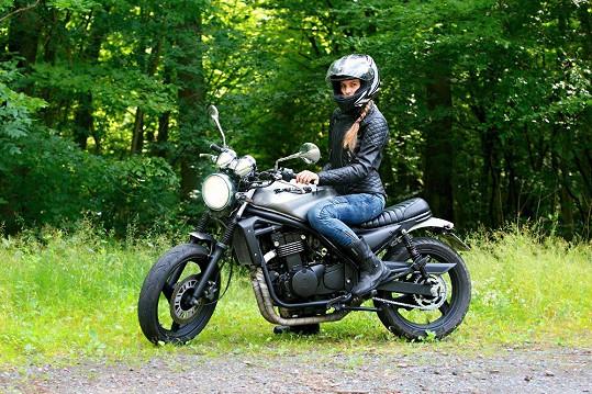 Modelka miluje motorky.