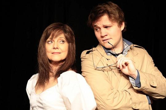 S Jarmilou ve hře Zrcadla hraje i její syn Robert Hájek, kterého znáte z hlavní role seriálu Četníci z Luhačovic.