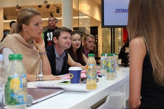 Simona si povídá s účastnicí castingu.