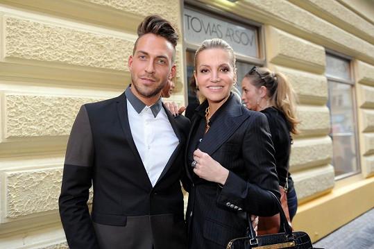 Dara s kadeřníkem Tomášem Arsovem, kterému vybavovala salón.