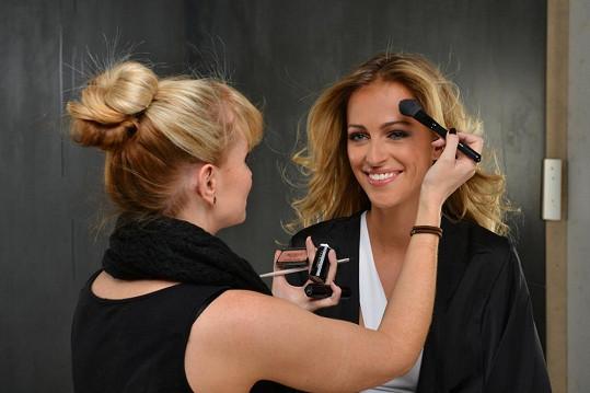 Příprava make-upu.
