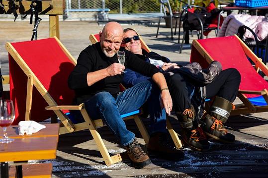 V pauzách mezi natáčením se herci Marek Vašut a Mirek Etzler vyhřívali na podzimním sluníčku.