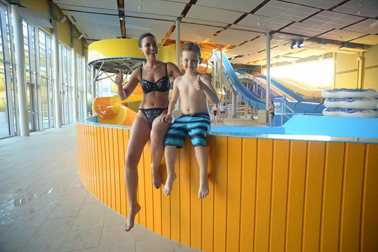 Gábina Partyšová řádila se synem v Aquaparku.