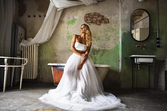 Přestože fotila v bílých šatech, o svatbě prý neuvažuje.