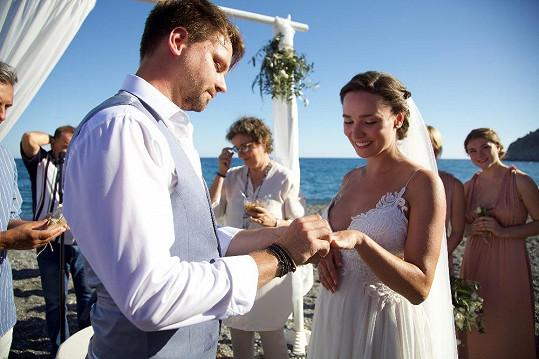Zpěvák se oženil vloni 1.června.